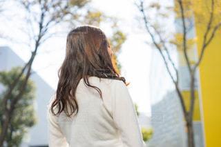 ツリーの前に立っている女性の写真・画像素材[1607688]