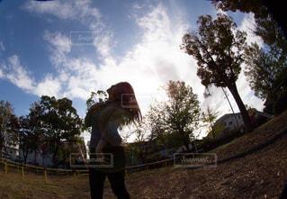 丘の側面をスケート ボードに乗って男の写真・画像素材[1607692]