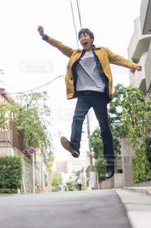 スケート ボードに乗っている間は空気を通って飛んで男の写真・画像素材[1609492]
