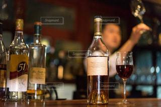 ワインとビール、テーブルの上のガラスのボトルの写真・画像素材[1630576]