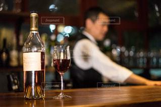木製テーブルの上に座っているワインのボトルの写真・画像素材[1630582]
