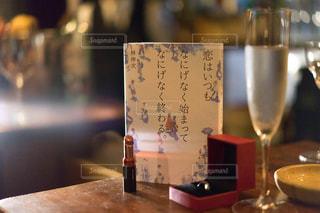 木製テーブルの上に座っているグラスワインの写真・画像素材[1630585]
