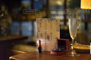 木製テーブルの上に座っているグラスワインの写真・画像素材[1630587]