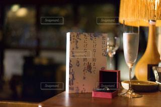 木製テーブルの上に座っている花瓶の写真・画像素材[1630588]