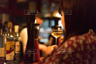 ボトル ・ ワインのガラスを保持している人の写真・画像素材[1630592]