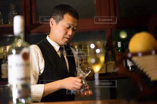 ワインを飲む男性の写真・画像素材[1634419]