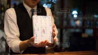 リモート コントロールを保持している男の写真・画像素材[1634425]