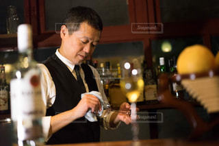 ワインのグラスを持って男は、の写真・画像素材[1634429]