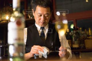 ワインのグラスを持って男は、の写真・画像素材[1634430]