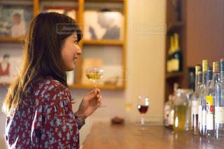 ワインのガラスを保持している女性の写真・画像素材[1634434]