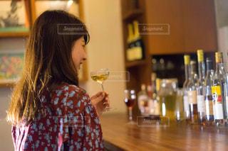 ワインのガラスを保持している女性の写真・画像素材[1634435]