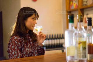 テーブルに座っている女性の写真・画像素材[1634440]