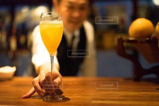 木製テーブルの上のビールのグラスの写真・画像素材[1634452]