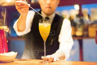 ワインのガラスのテーブルに座って人の写真・画像素材[1634456]