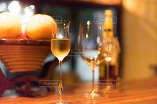 木製テーブルの上に座っているグラスワインの写真・画像素材[1634457]