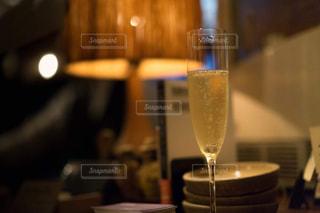 近いテーブルに座ってワイン グラスのアップの写真・画像素材[1634458]
