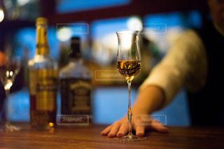 近くにワインのグラスを持っている人のの写真・画像素材[1634460]