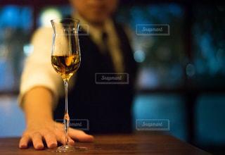 近くにワインのグラスのの写真・画像素材[1634461]