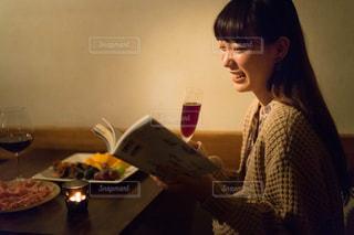 テーブルの前でナイフを持つ女性の写真・画像素材[1634472]