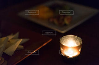 近くの木製のテーブルの上に座ってコーヒー カップの写真・画像素材[1634480]