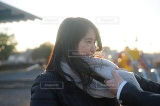 彼女の顔に彼女の手を保持している女性の写真・画像素材[1708164]