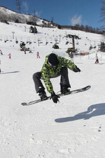 雪をスノーボードに乗る男覆われた斜面の写真・画像素材[1716224]