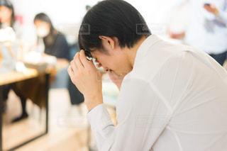 泣いている男性の写真・画像素材[1826426]