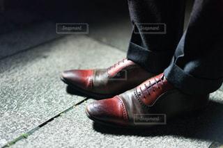 青と黒の靴を履いて足のペアの写真・画像素材[1841402]