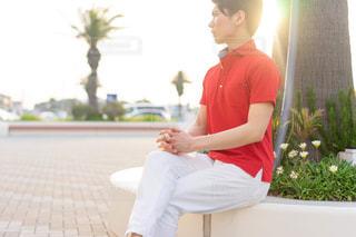 赤いポロシャツを着た男性の写真・画像素材[2171069]