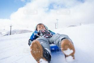 ソリで大滑走の子どもの写真・画像素材[2951102]