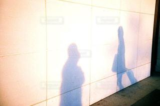 夕焼けに照らされる2人の影の写真・画像素材[721265]