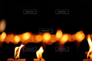 オレンジ色の火のロウソクの写真・画像素材[721290]
