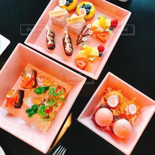 テーブルの上に食べ物の束の写真・画像素材[1457932]