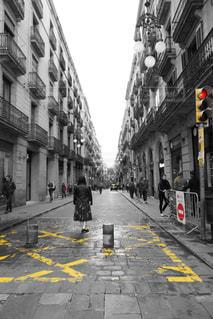 街の通りを歩いている人の写真・画像素材[2129710]