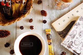 コーヒー,黒,茶色,本,読書,バスケット,松ぼっくり,お家カフェ,ゴールド,スティック,カフェタイム,ブラックコーヒー,ネコ,ブラック,ネスカフェ,ゴールドブレンド,スティックコーヒー