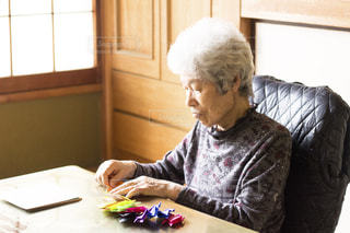 折り紙に没頭するおばあちゃんの写真・画像素材[2837037]