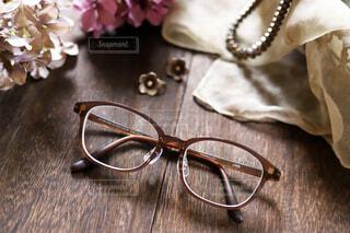 JINSのメガネ、シルバーしジュエリーにもよく似合うの写真・画像素材[3713127]