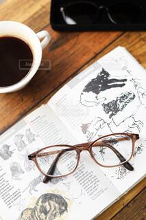 コーヒーを飲みながら本を読む、くつろぎのひとときの写真・画像素材[3713128]