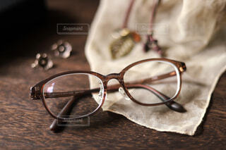 JINSのメガネ、シルバージュエリーにもよく似合うの写真・画像素材[3713130]