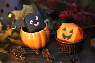 ハロウィンの可愛い折り紙お化けかぼちゃとこうもりの写真・画像素材[3795081]
