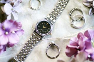 シルバーの腕時計と指輪の写真・画像素材[3813365]