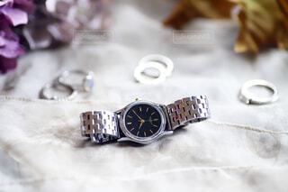 シルバーの腕時計と指輪の写真・画像素材[3813370]
