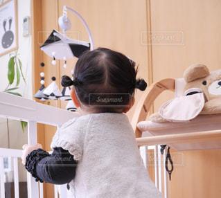 部屋に立っている小さな女の子の写真・画像素材[1045640]
