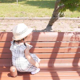 ベンチに座っている少女の写真・画像素材[1324494]