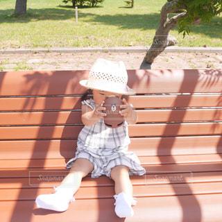 ベンチに座っている少女の写真・画像素材[1327457]