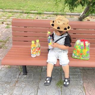 ベンチに座っている小さな子供の写真・画像素材[2229951]