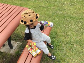 ジュースを飲む小さな女の子の写真・画像素材[2229959]