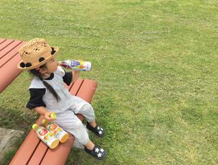ジュースを飲む小さな女の子の写真・画像素材[2229963]