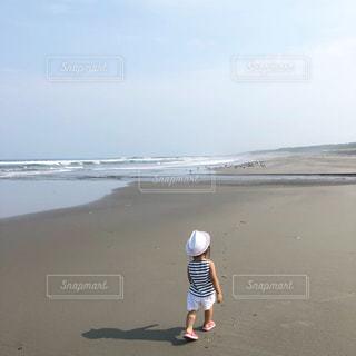 浜辺を散歩する女の子の写真・画像素材[2337412]
