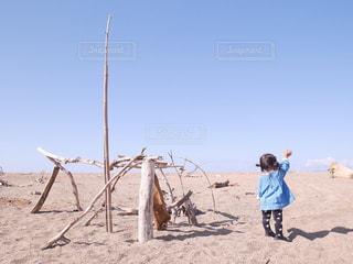 砂浜の上に立つ女の子の写真・画像素材[2340628]